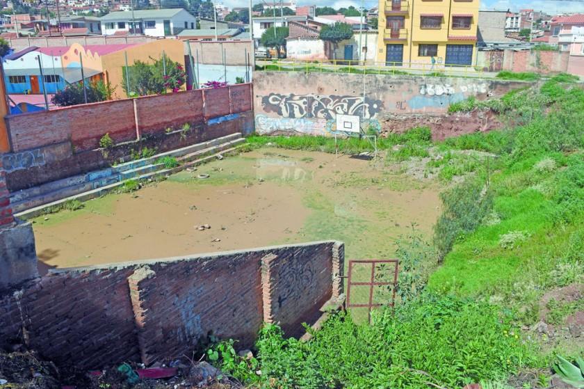 La cancha del barrio San José se encuentra anegada.