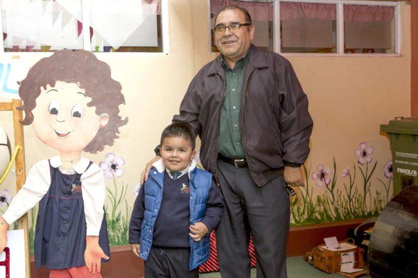 Nicolás Barriga y su abuelo Freddy Chumacero.
