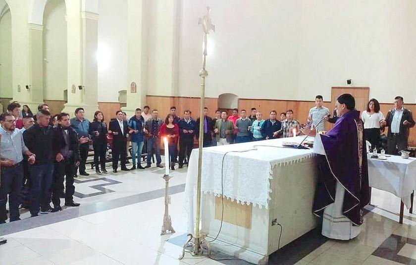 Los alumnos junto a sus padres participaron de la misa concelebrada en el Templo de María Auxiliadora.