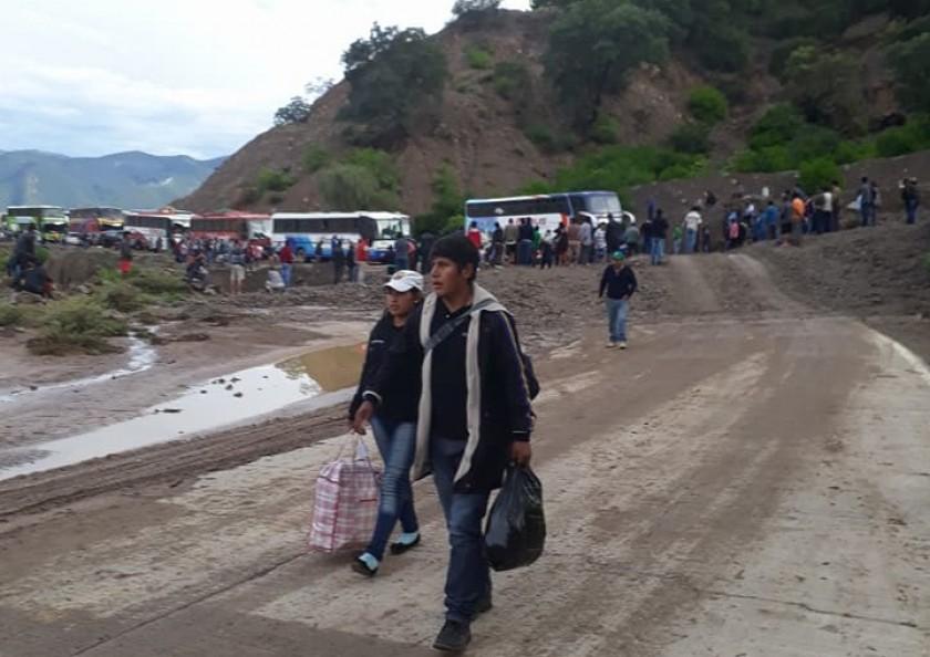Los derrumbes provocaron la retención de decenas de vehiculos y centenares de pasajeros. Foto: Sergio Tavera