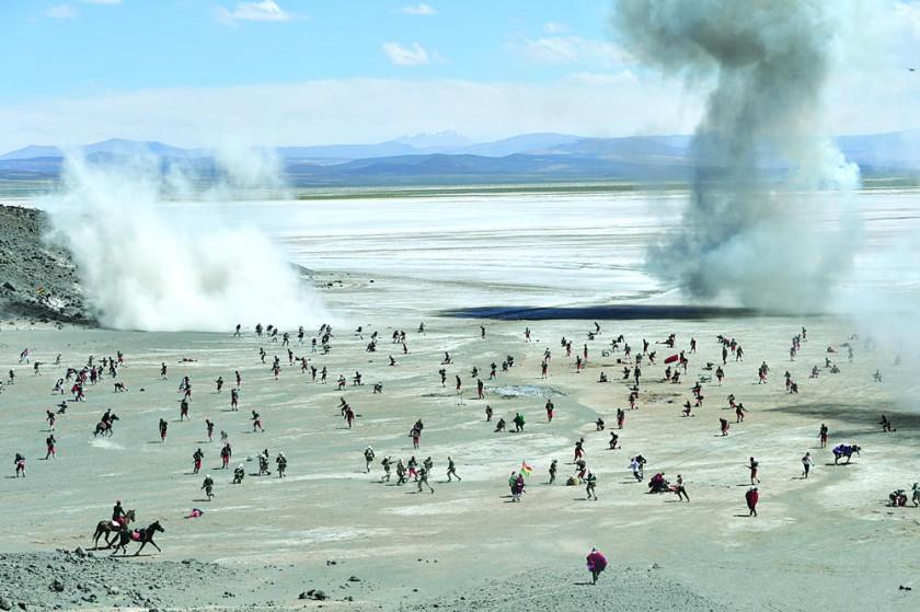 EJÉRCITO. La recreación de la Batalla de Canchas Blancas, en Potosí, ayer.
