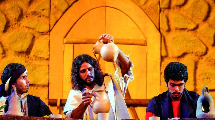 El actor Saulo Soares (c) de grupo de teatro Sacra, interpreta a Cristo durante la escenificación de la Última en la...