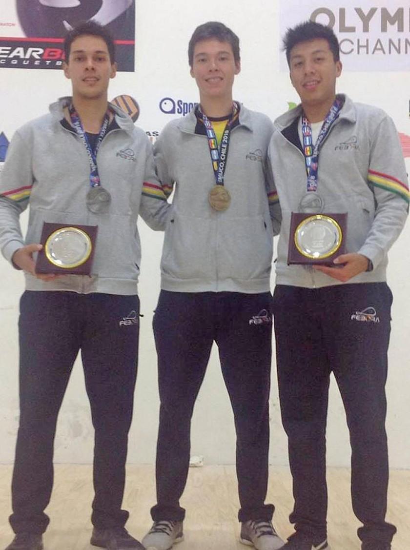 Los tres raquetbolistas que ayer se colgaron medallas.