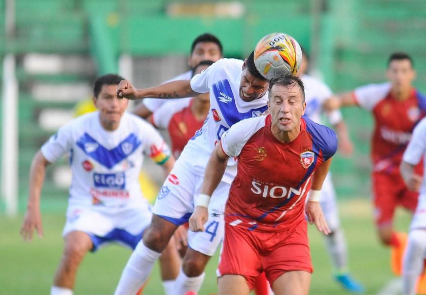 Un pasaje del partido jugado ayer en el Tahuichi, entre San José y Royal Pari, que terminó con la victoria del equipo...