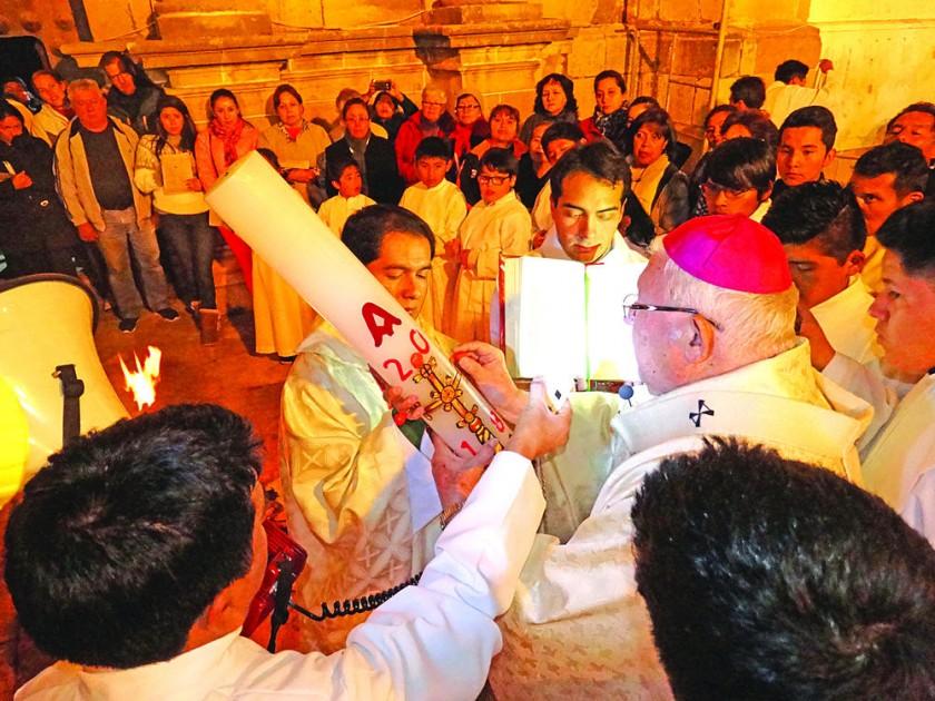 VIGILIA. La bendición del fuego, el agua y las promesas bautismales.