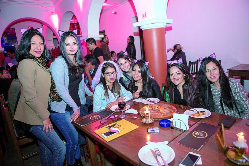 Gabriela Iraola (tercera Izquierda) disfrutó de una despedida de soltera muy peculiar  junto a sus amigas.