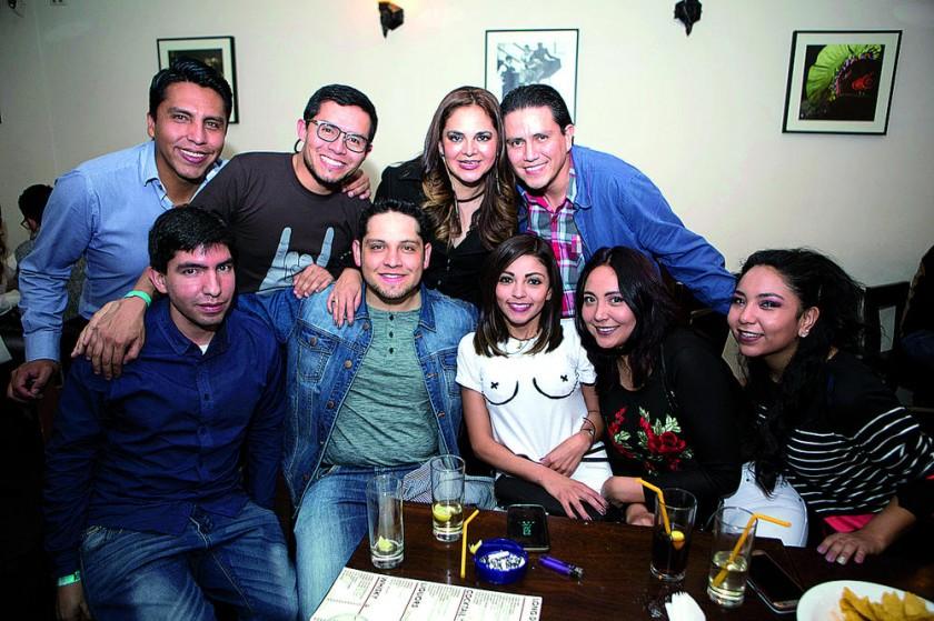 José Luis Rodríguez (abajo segundo izq.) festejó su cumpleaños  con sus amigos Malparados.