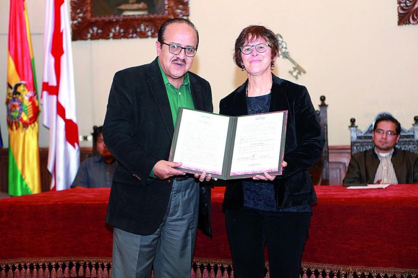 Omar Montalvo hace la entrega del reconocimiento a María Magdalena Moser.