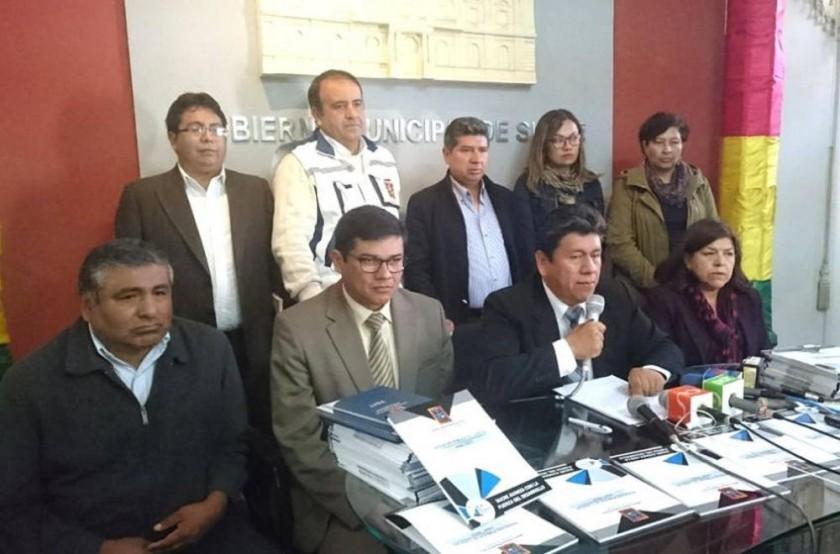 FESTEJO. El alcalde Iván Arciénega junto a sus colaboradores en conferencia de prensa.