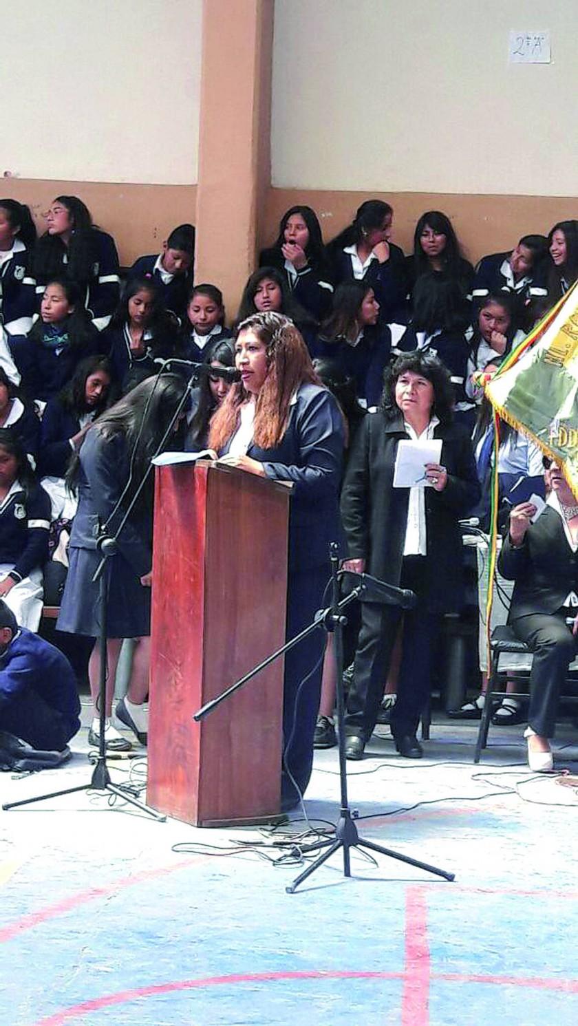Salutación y agradecimiento al colegio a cargo de la representante de la promoción 93, Juana Maturano.