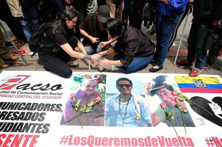 Familiares y amigos protestan hoy, viernes, tras confirmarse el asesinato del equipo periodístico de El Comercio. EFE