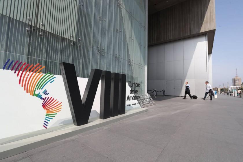 EVENTO. Fotografía del acceso a la sede de la VIII Cumbre de las Américas en el Centro de Convenciones de Lima.
