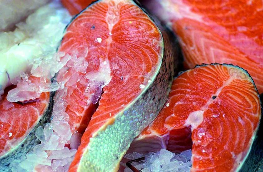 Salmón, pescado azul frente al cáncer y enfermedades cardiovasculares. EFE/EPA/Matt Writtle.