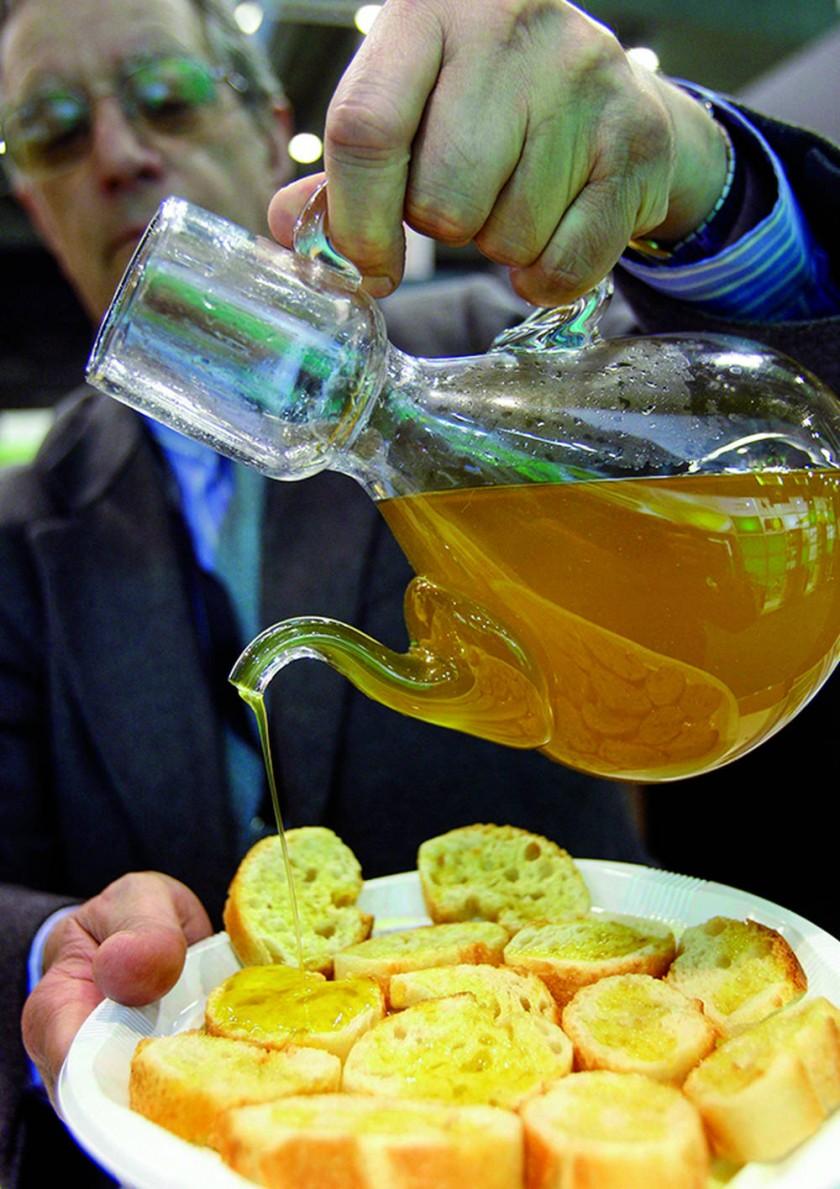 Aceite de oliva, se recomienda entre 3 y 5 cucharadas al día. EFE/Toni Albir