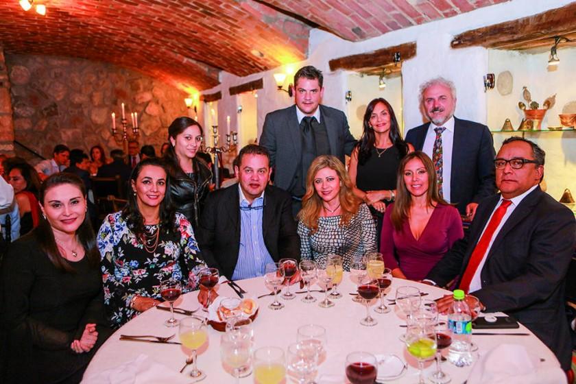 Abajo: Claudia Mollinedo, Iracena Saavedra, Fernando Moiser, Clemencia Artero, Carmen Julia Pozo y Orlando Arriaran.