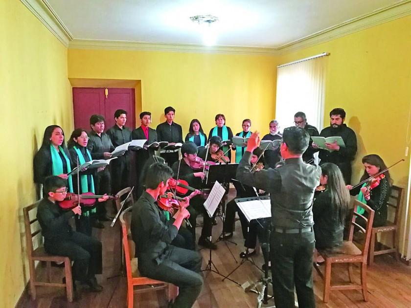 ENSAYO. La veintena de músicos en plena preparación en Sucre.