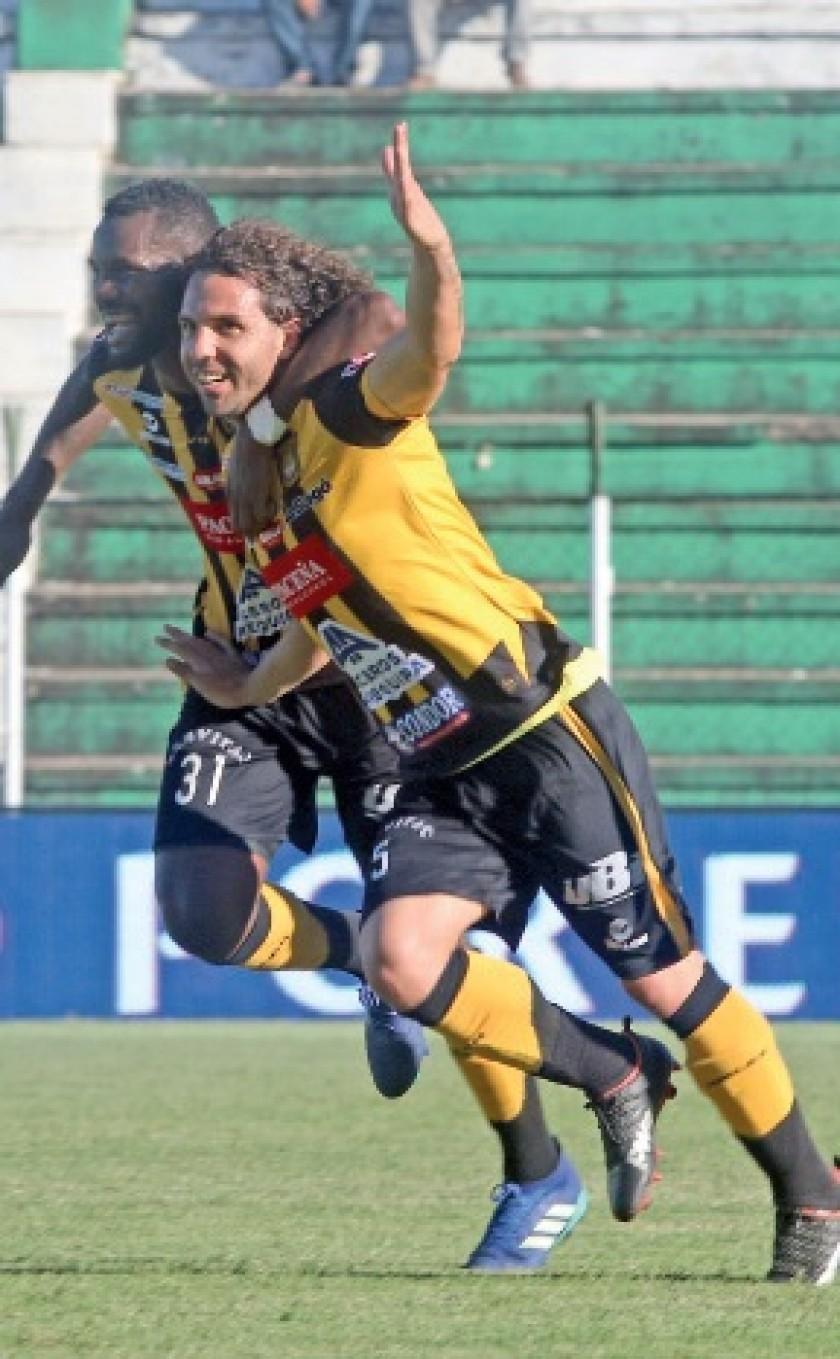 Los atigrados Edison Carcelén (i) y Fernando Martelli festejan uno de los goles del triunfo sobre Royal Pari.