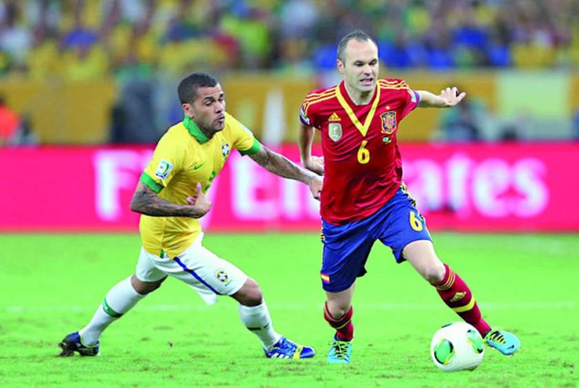 Alves e Iniesta en el epílogo de sus carreras.