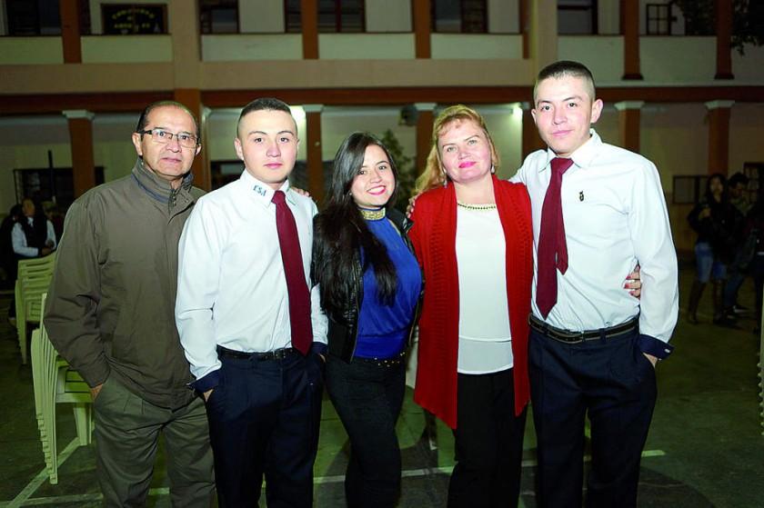 Edwin y Sergio Campero Céspedes junto con su familia.