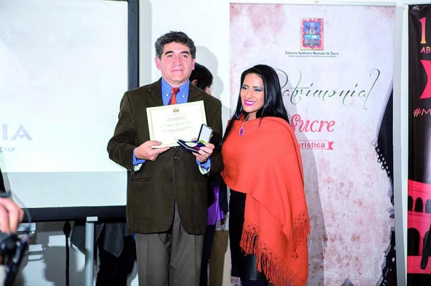 Wilma Alanoca, minista de Culturas y Turismo de Bolivia, hace entrega del reconocimiento a Domingo Izquierdo...