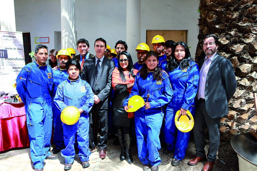 Autoridades con los trabajadores del ETS.