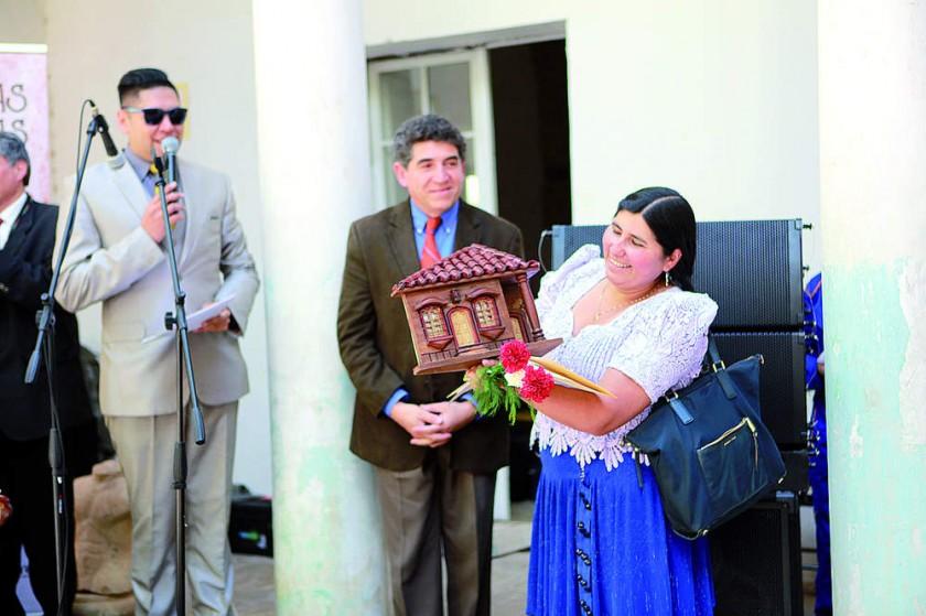 Domingo Izquierdo otorga un regalo a Nélida Sifuentes por su apoyo a la ETS.