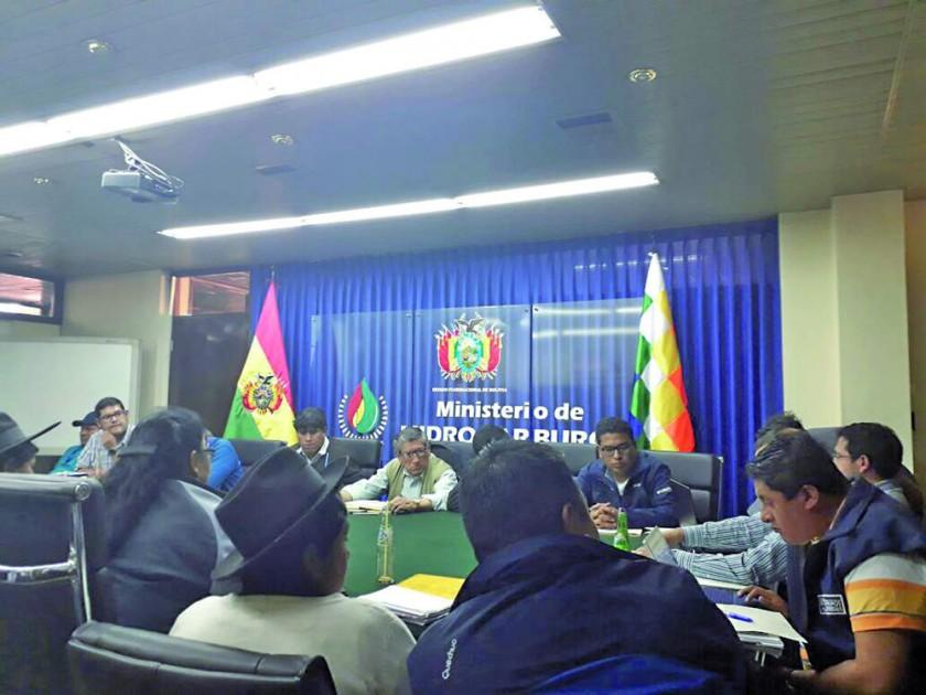 REUNIÓN. Las autoridades de Chuquisaca en reunión en el Ministerio de Hidrocarburos, ayer por la tarde en La Paz.