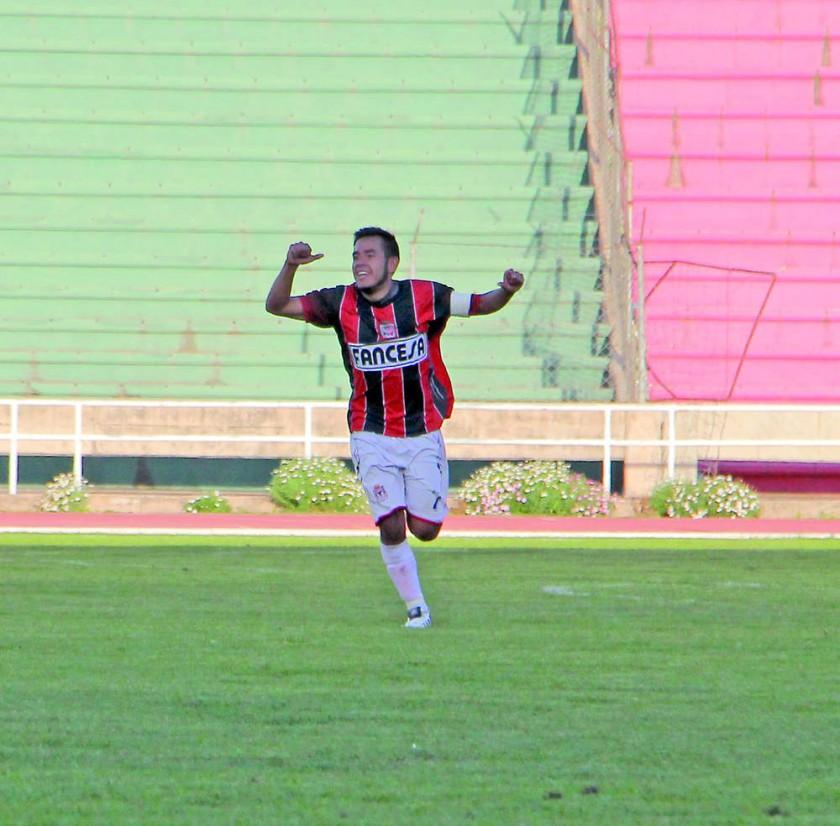 Un pasaje del partido jugado ayer, entre Fancesa y Deportivo Alemán; el festejo de uno de los jugadores del cuadro...