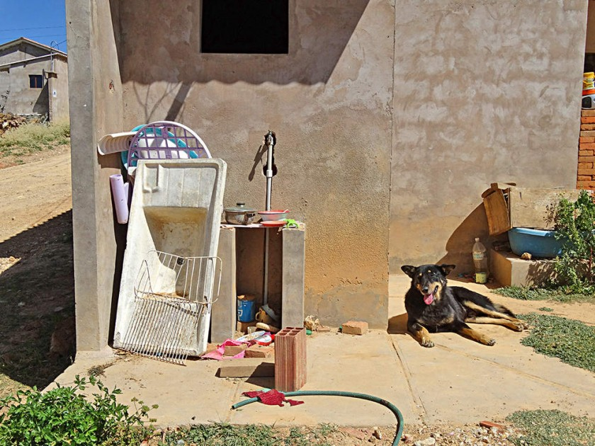 LIMITACIÓN. Los vecinos tienen instalaciones de agua, pero ésta es muy escasa en la zona.