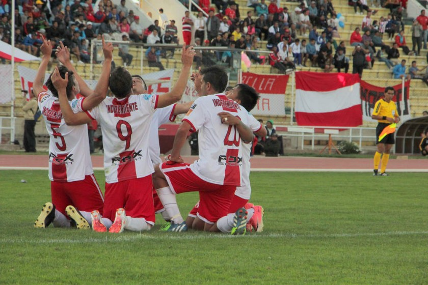 Los jugadores albirrojos celebran uno de los goles frente a Stormer's.