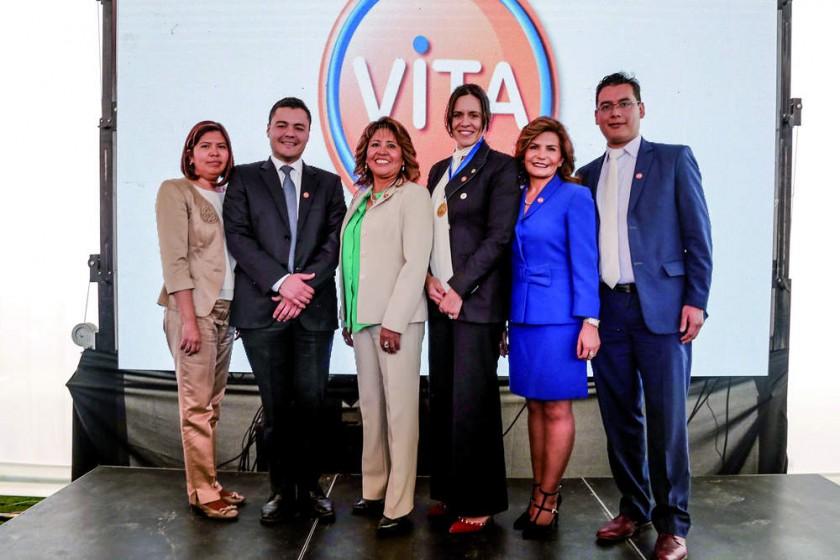 Carol Kieffer, presidenta de Laboratorios ViTA (tercera de la derecha), junto a los principales ejecutivos de la...