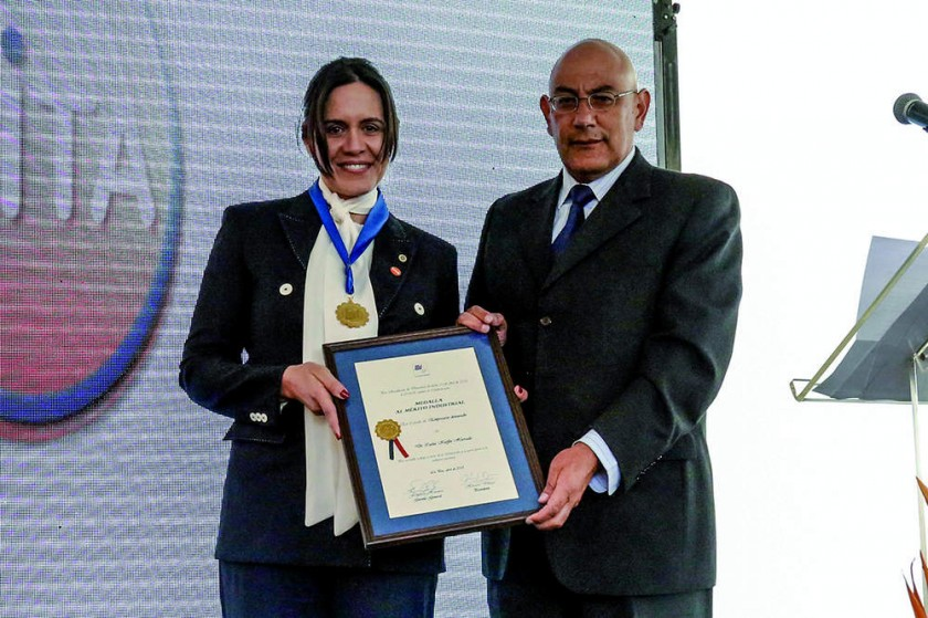 Carol Kieffer, presidenta de Laboratorios ViTA, recibe un  reconocimiento de Horacio Villegas...