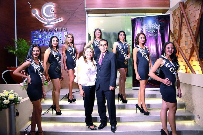 Las candidatas del Miss Chuquisaca junto con Claudia Gardeazábal  y Álvaro Bravo.
