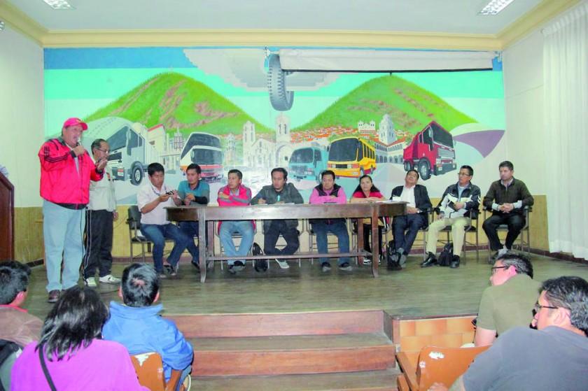 ASAMBLEA. Las instituciones y organizaciones de Chuquisaca determinaron masificar los bloqueos y las huegas de hambre.