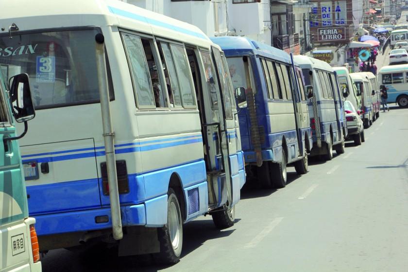 CONGESTIONAMIENTO. Las calles de Sucre son tomadas por los micros del servicio público.