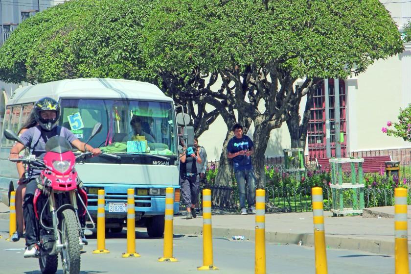 TRÁFICO. Para mejorar el transito en las calles se instalaron pilotes en diferentes calles de la ciudad.