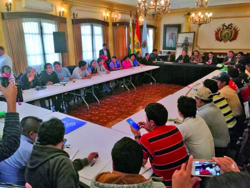 REUNIÓN. Los representantes de Chuquisaca en reunión con los Ministros en Cochabamba concluyó con un preacuerdo de...