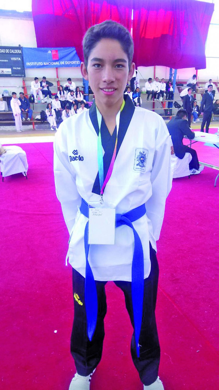 José Mendoza logró la medalla dorada en taekwondo; al lado, Wilber Rodríguez, María del Carmen Ortega y...