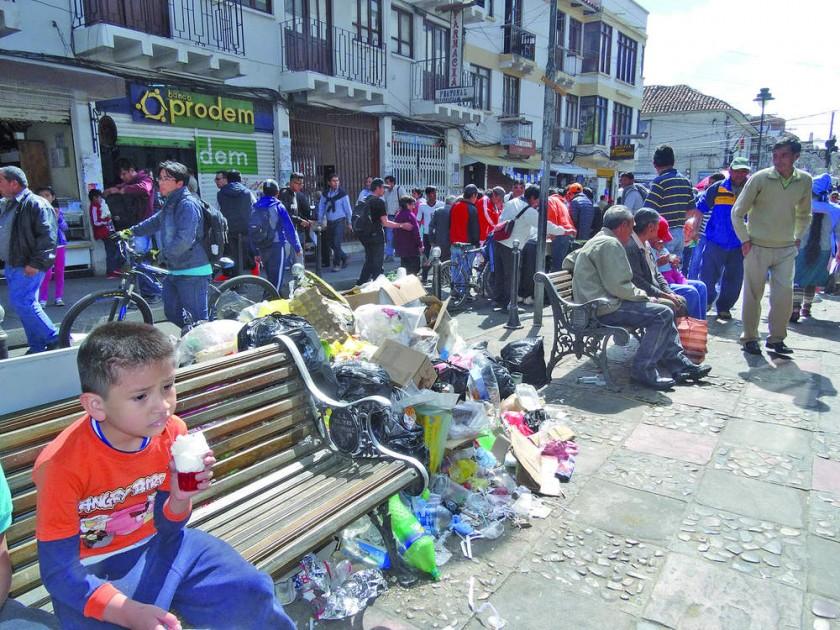 SALUBRIDAD. Grandes cantidades de basura se acumulan en la calle Junín, a la altura de la Peatonal.