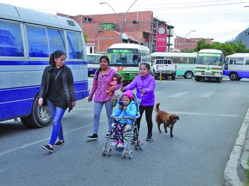 HAZAÑA. Famillias tienen que recorrer grandes distancias para desplazarse por la ciudad.