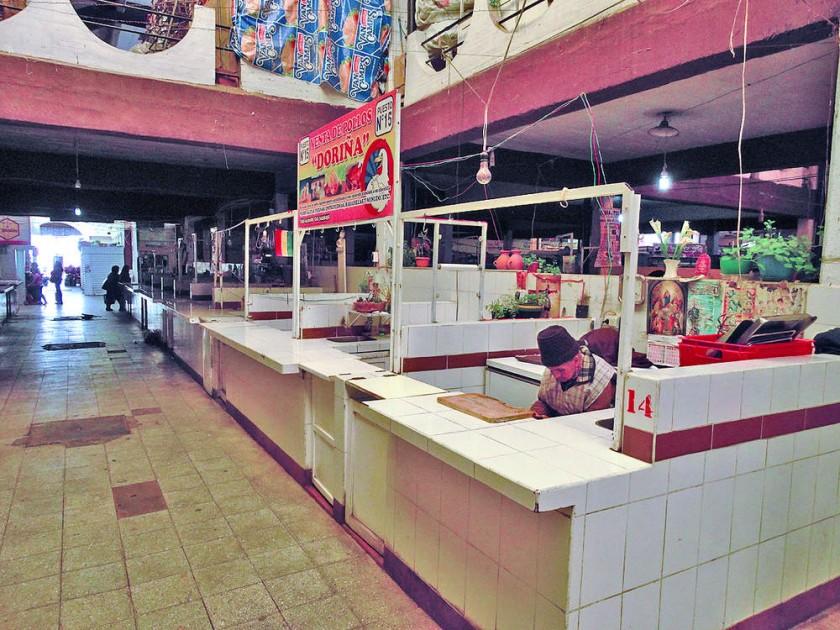 ESCASEZ. Puestos de venta de carne de pollo totalmente desabastecido en el Mercado Central.
