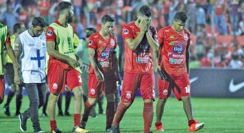 Los jugadores del cuadro azucarero se retiran del estadio Gilberto Parada con la desazón de quedarse fuera de la Copa...