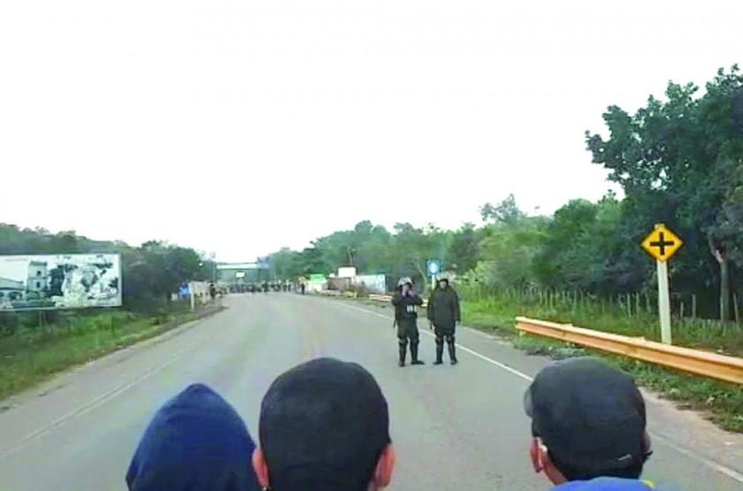 PROTESTA. La Policía intervino anoche el bloqueo en el municipio de Macharetí.