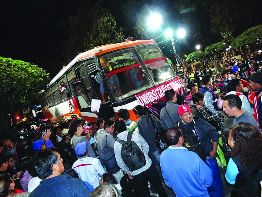 PROTESTA. La despedida a los jóvenes que partieron rumbo a Macharetí. A la derecha, la marcha en defensa de las regalías