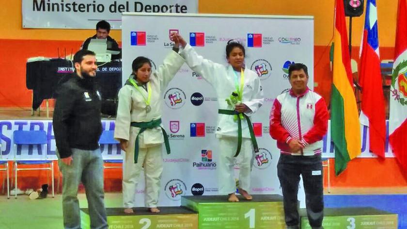 Bernardina Patzy (i) logró la plata en la categoría 44 kilogramos de judo.