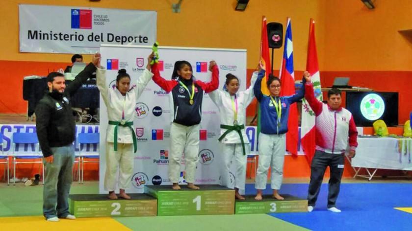 Delia Garrado (i) fue segunda en la categoría 52 kilogramos de judo.