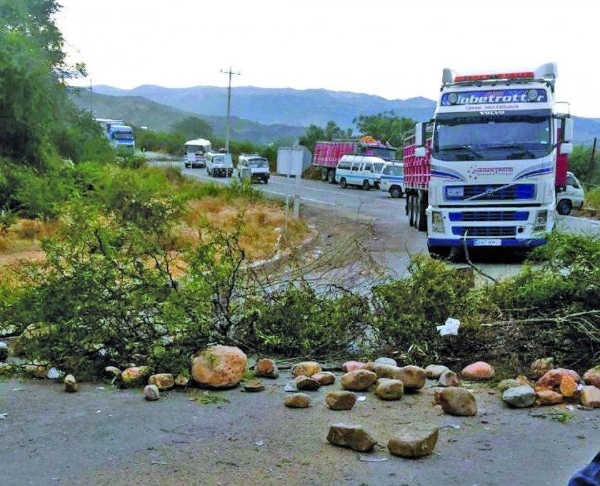 MANIFESTACIÓN. Pobladores del municipio de Yotala continuaron ayer con el bloqueo, en el sector del Retén de esa poblaci