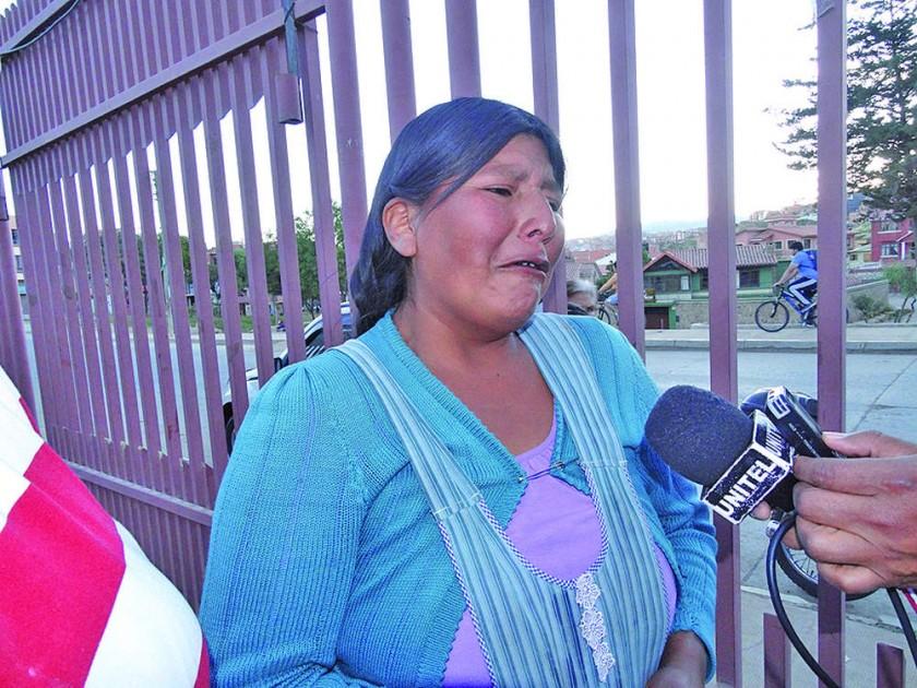DOLOR. Máxima Acarapi consternada pidió ayuda para el sepelio de su hijo.