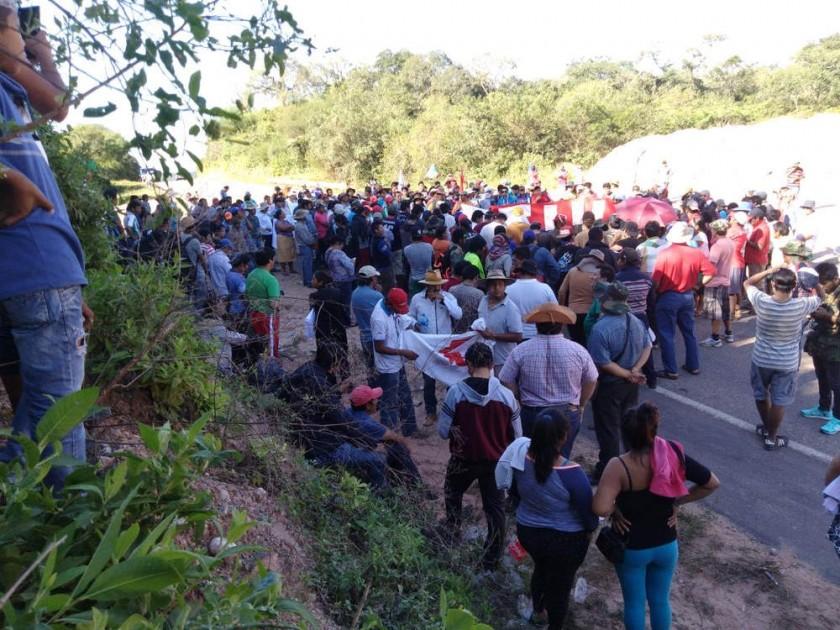 MACHARETÍ. La protesta de la gente y los estudiantes en la carretera internacional.