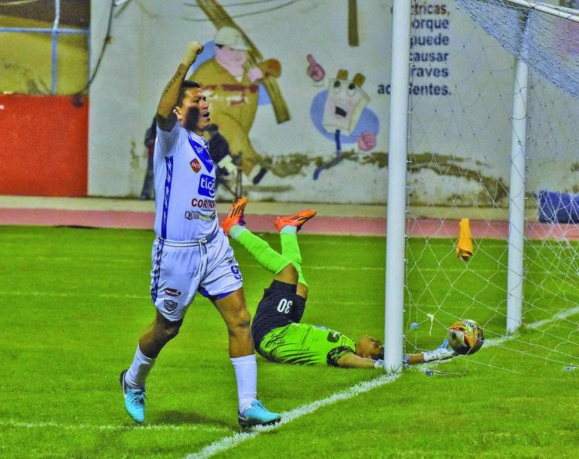 Carlos Saucedo anotó tres goles en la victoria de San José sobre Destroyers ayer, en Oruro.